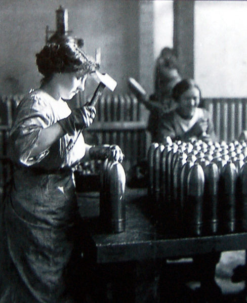 1915-1916_-_Femme_au_travail_dans_une_usine_d'obus